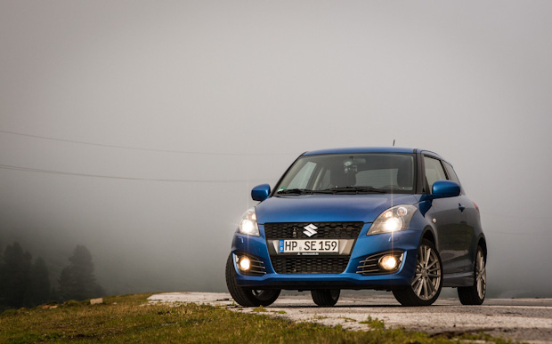 Suzuki Swift Sport im Nebel auf dem Khtaisattel